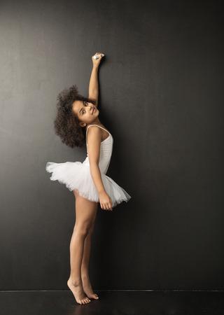 漂亮的小芭蕾舞演員用粉筆繪製