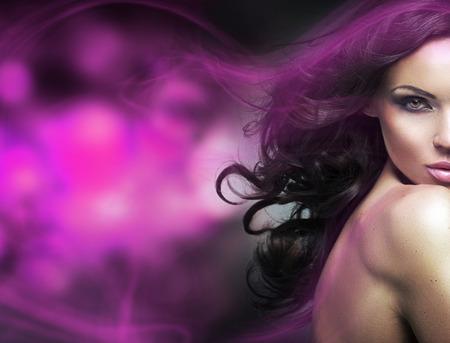Hình ảnh khái niệm của một phụ nữ tóc nâu với một ánh sáng màu tím