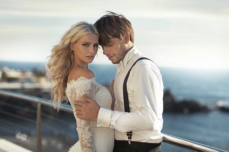 若い魅力的な新婚夫婦のクローズ アップの肖像画 写真素材