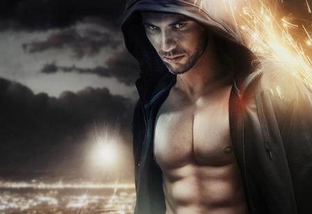fitness hombres: Retrato del primer de un musculoso atleta serio