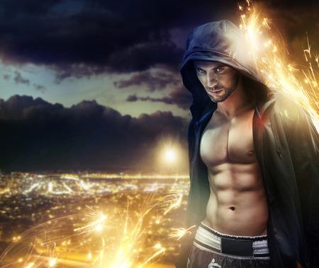 Conceptuele foto van een hooded gespierde sterke man
