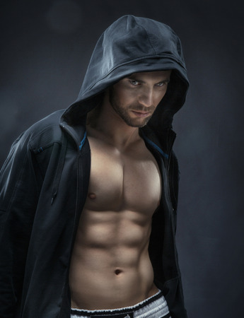 männchen: Muskulös und gut aussehend Athleten machen die Muskeln