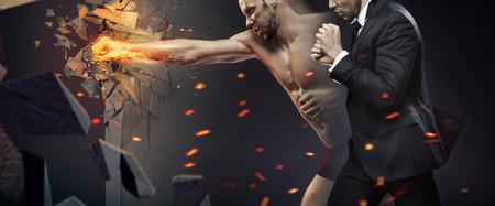 Ehrgeiziger Geschäftsmann smashing eine Barriere Lizenzfreie Bilder