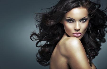 肖像,年輕的黑髮小姐 版權商用圖片