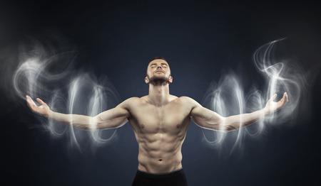fitness men: Hombre poderoso meditando en zona tranquila