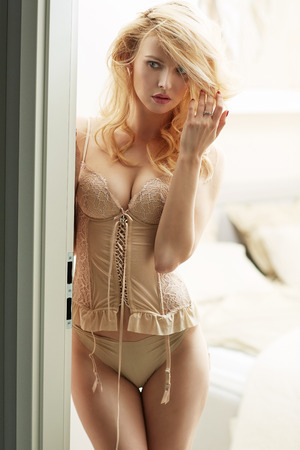 年輕可愛的金發碧眼穿著性感緊身胸衣