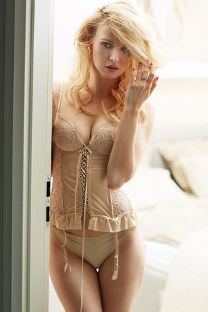 Giovane cutie bionda che indossa un corsetto sexy