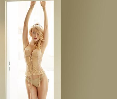 ragazze bionde: Sensuale donna che indossa un corsetto sexy luminoso Archivio Fotografico