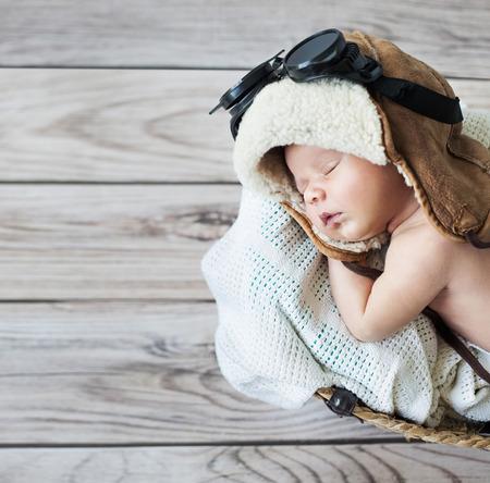 piloto: Niño pequeño lindo que duerme con los anteojos experimentales Foto de archivo