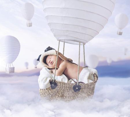 Fantasty Bild des kleinen Baby fliegen eines Ballons Lizenzfreie Bilder