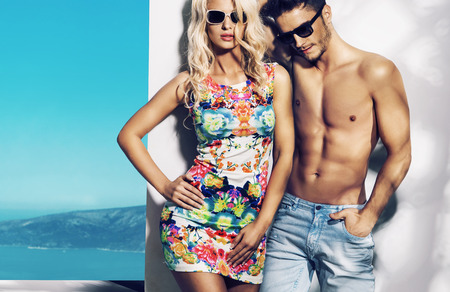 時尚: 很高興時髦的夫婦在陽光明媚的度假日