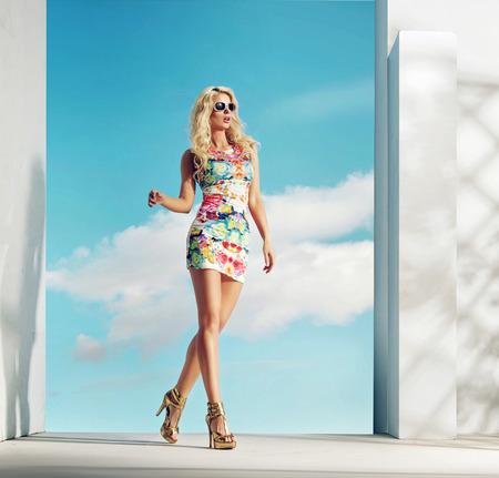 Señora sensual wearinf vestido modelo florido Foto de archivo