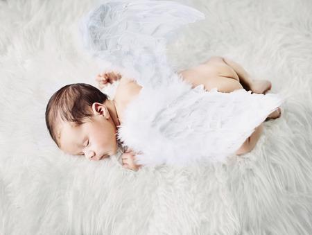 angeles bebe: Pequeño ángel lindo durante una siesta corta