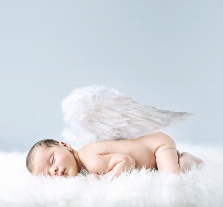 neonato: Bebé recién nacido como un ángel lindo Foto de archivo