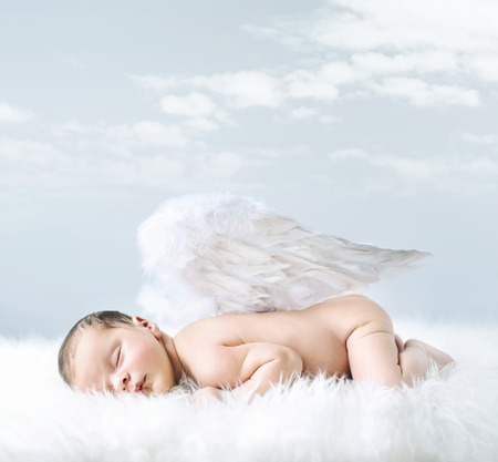 Retrato de um bebê pequeno como um anjo inocente