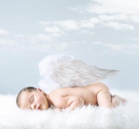 Retrato de un pequeño bebé como un ángel inocente