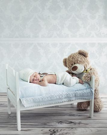 작은 잠자는 아이와 테디 베어