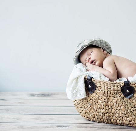 Cute tot slapen in een rieten mand