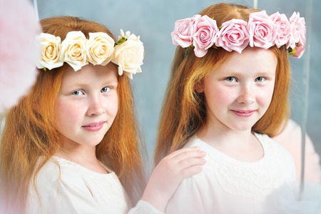 niñas gemelas: Dos hermanas gemelas pelirroja posando juntos