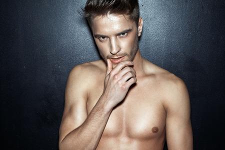 modelos hombres: Chico joven y musculoso pensativo