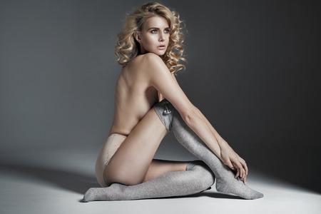 Donna bionda calma indossare biancheria intima sensuale Archivio Fotografico