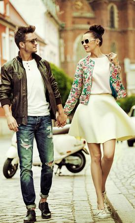 歩いて魅力的なカップルのロマンチックな肖像画 写真素材