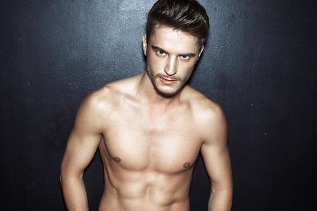 fitness hombres: Retrato de un hombre joven muscular
