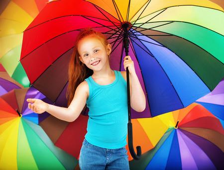 arco iris: Retrato de un niño pelirrojo con un paraguas Foto de archivo