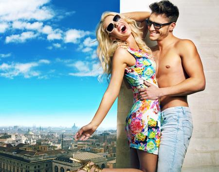 Abrazos pareja joven sobre el panorama de la ciudad