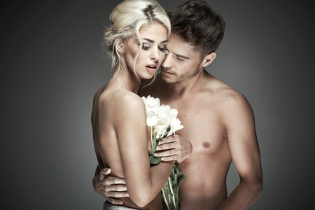femme nue jeune: Portrait romantique d'un couple nu