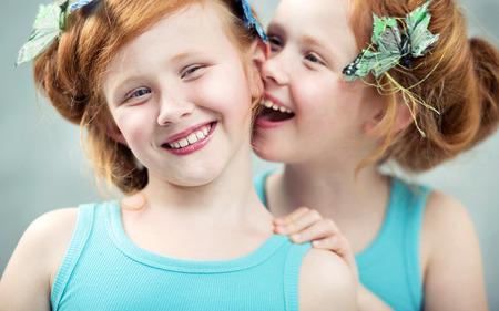 2 つの similing と愛らしい赤毛の双子 写真素材