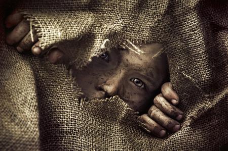 ojos tristes: Retrato artístico de un niño pobre Foto de archivo