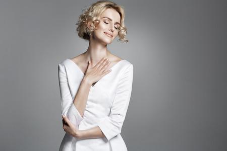 Aantrekkingskracht jonge dame dragen trendy witte jurk Stockfoto