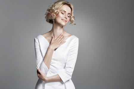 Encanto jovem senhora vestindo vestido branco na moda Banco de Imagens