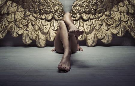 Hình ảnh của một thiên thần vàng thư giãn trên sàn nhà