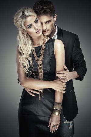 pasion: Retrato de la joven pareja en negrita Foto de archivo