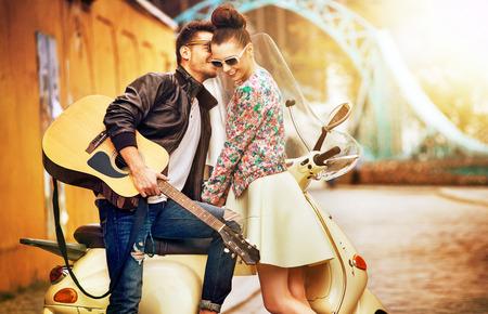 motorrad frau: Romantische Portr�t der jungen Menschen in der Liebe
