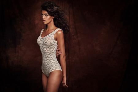 Брюнетка женщина носить сексуальное белье Фото со стока
