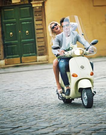 beau mec: Beau mec sur un scooter avec sa petite amie