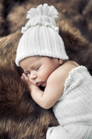 nacimiento bebe: Lindo ni�o reci�n nacido que duerme en la piel Foto de archivo