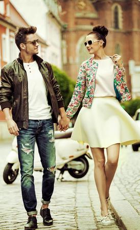 pareja enamorada: Hombre hermoso que recorre con una preciosa novia