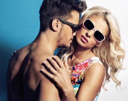 Przystojny facet uwodzi swoją śliczną blond dziewczyny