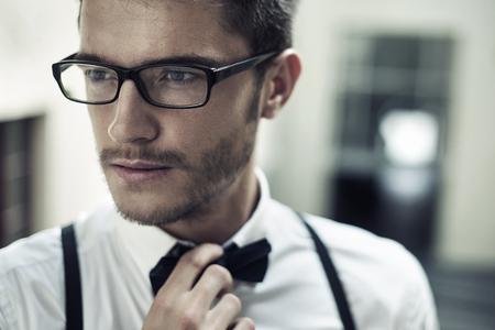 Retrato do close up de um homem jovem e bonito