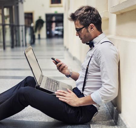 Drukke elegante zakenman die werkzaam zijn in de lobby Stockfoto
