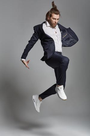 Молодой энергичный человек, одетый синий костюм Фото со стока