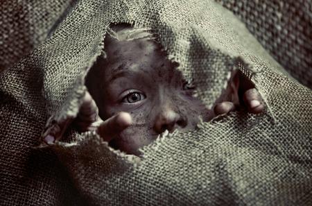 pobre: Retrato de un niño pobre chico sucio Foto de archivo