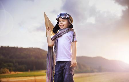 Cute little pilot holding a paper plane 版權商用圖片 - 47728360
