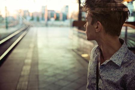estilo urbano: Chico tranquilo en la estación de ferrocarril retro Foto de archivo