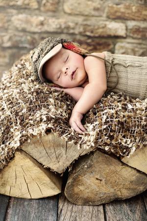 recien nacido: Poco sleepieng niño lindo en la pieza de madera