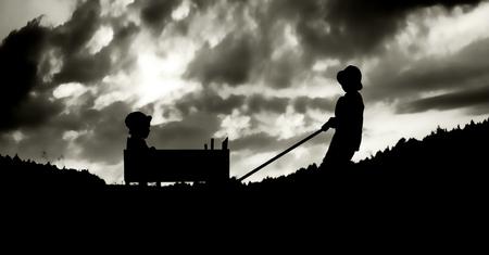 Divertimento Famiglia con il carrello in serata photo